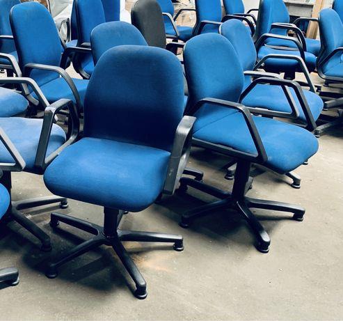 Cadeiras de escritório giratórias, com braços.