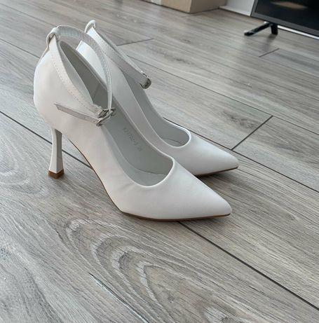 Продам белые туфли.