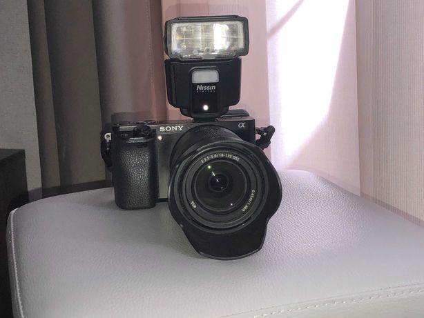Фотоаппарат Sony α6000 +  объектив Sony SEL 18-135mm + фотовспышка