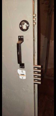 Двері металеві з луткою і ЗАМКАМИ (2шт-нові)
