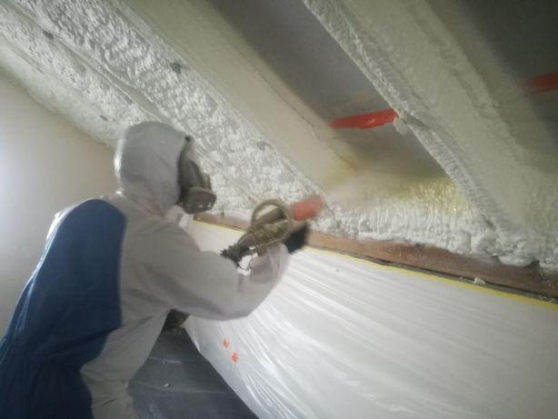 Ocieplanie dachów poddasza pianą poliuretanową pur izolacja natryskowa