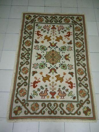 Tapete de Arraiolos em Lã com 1,67 x 1.10, feito à mão.