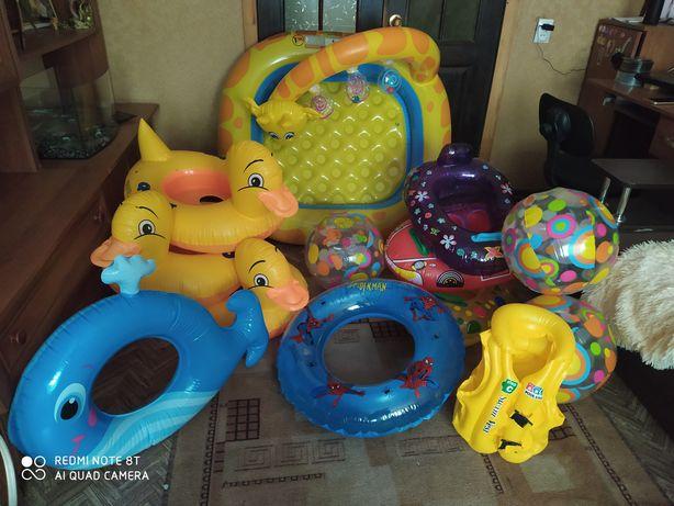 Детские надувные круги, бассейн, мячики и жилет.