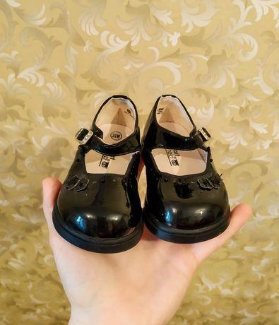 Нові туфельки для дівчинки