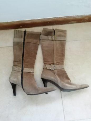 Vendo botas em camurça