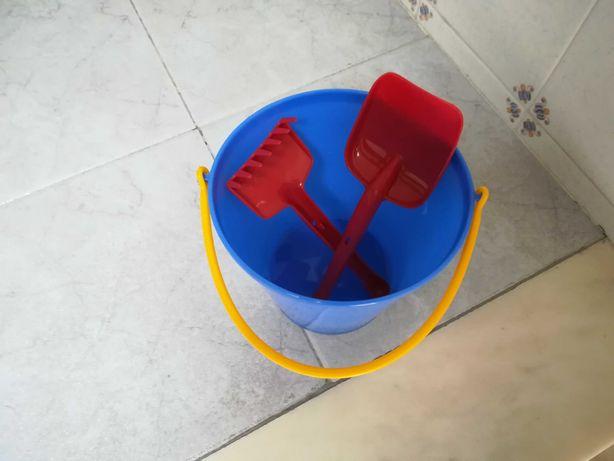 Conjunto novo de balde com pa e ancinho