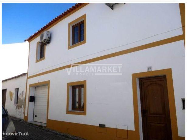 Moradia V3 com dois pisos situada no Centro da localidade do ALVITO em