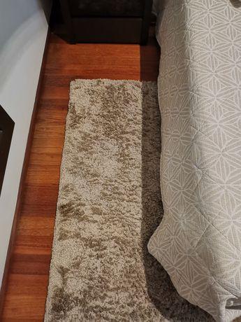 Carpete pelo curto cor beje escuro