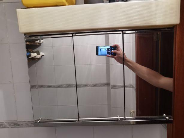 Móvel com espelho e luz de WC