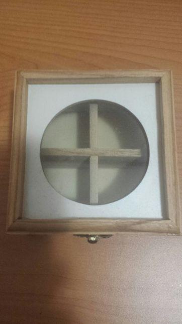 Drewniana szkatułka z przegródkami