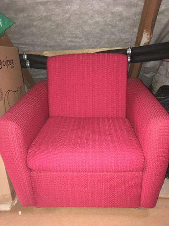 Czerwone fotele w stylu vintage