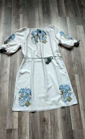 Красивое вышитое платье размер 48-50