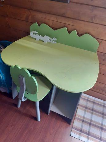 Secretaria de criança com cadeira igual