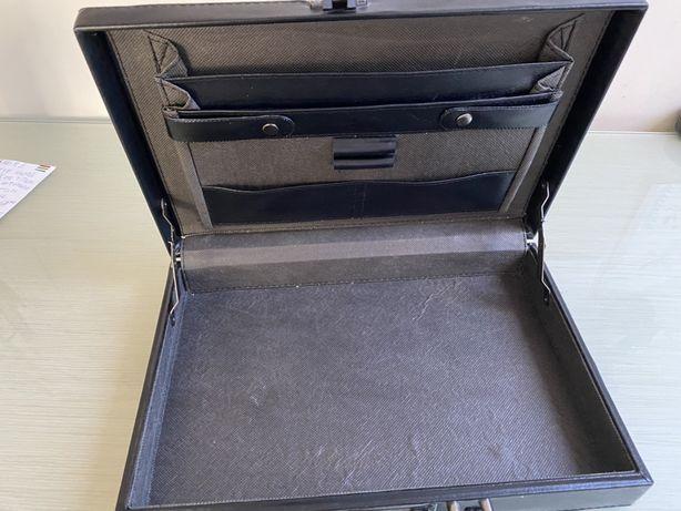 Czarna, skórzana walizeczka, aktówka na dokumenty 26x38 cm