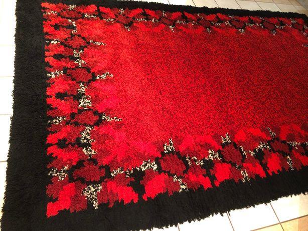 Dywan z welny w kolorze czerwonym