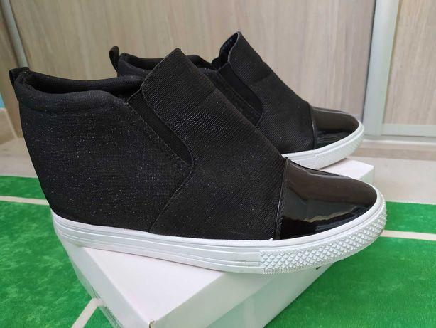 Buty z wbudowaną koturną rozmiar 40
