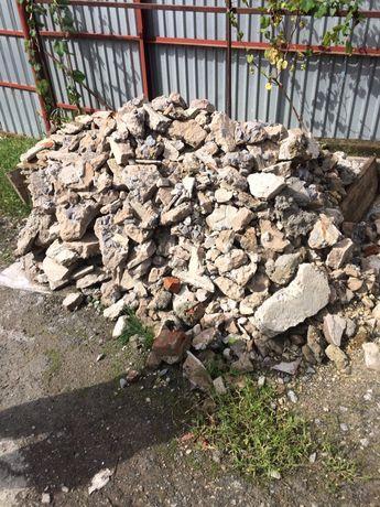 Віддам куски бетону на підсипку. Будівельний мусор. Самовивіз.