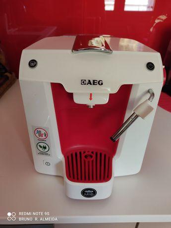 Máquina de café e galões
