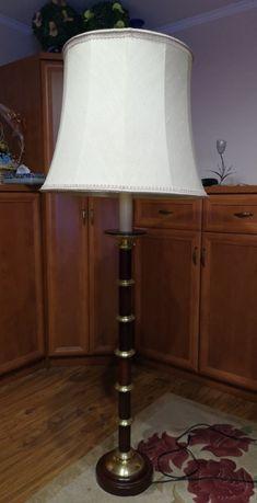 Lampa stojąca podłogowa z abażurem.