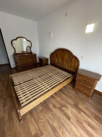 Cama, mesas de cabeceira e móvel com espelho