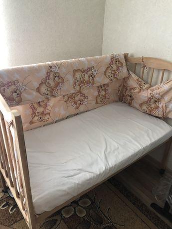 Продам кроватку с защитой и матрацем