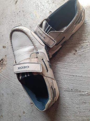Sapatos de menino usados