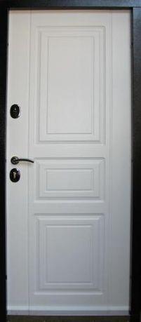 Двери входные внутри белые
