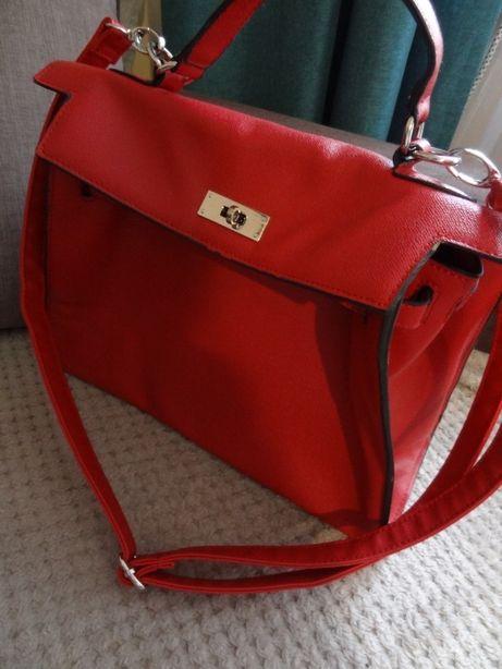 czerwona torebka mieszcząca format a4