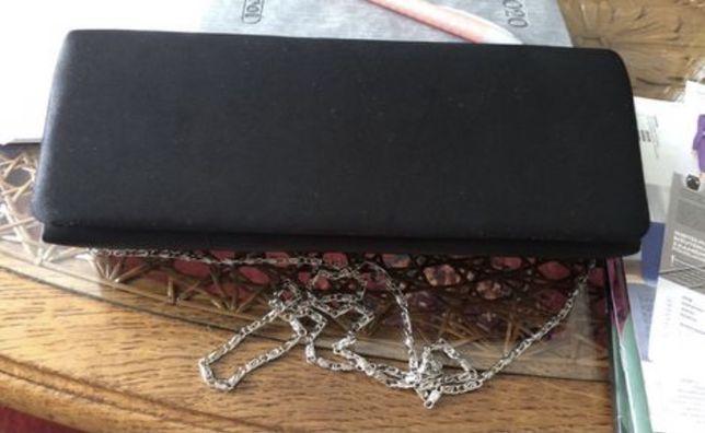 Czarna kopertówka na łańcuszku i do ręki