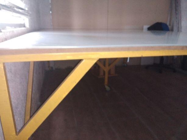 Mesa de corte gigante