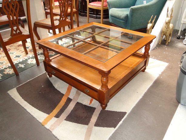 Grande mesa de centro em madeira com tampo em vidro - Bom estado geral