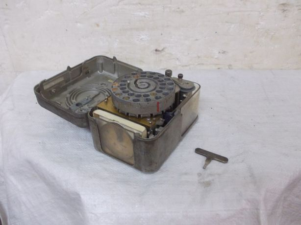 Stary metalowy rejestrator zegar lotu gołębi benzing