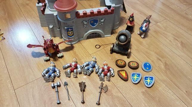 Zamek, figurki rycerzy, konie