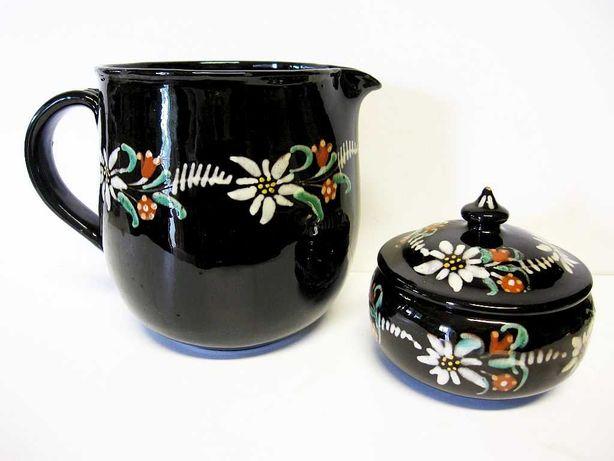 antiga leiteira e açucareiro em cerâmica suíço com flores alpinas
