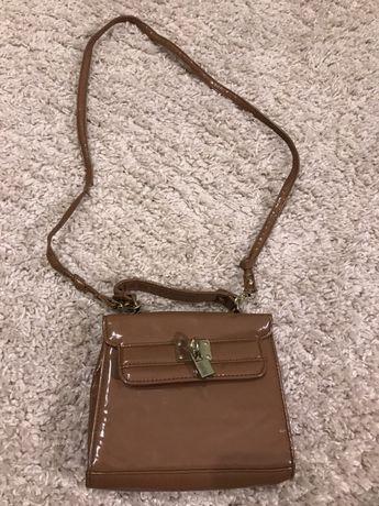Сумочка new look коричневая маленькая лаковая сумка