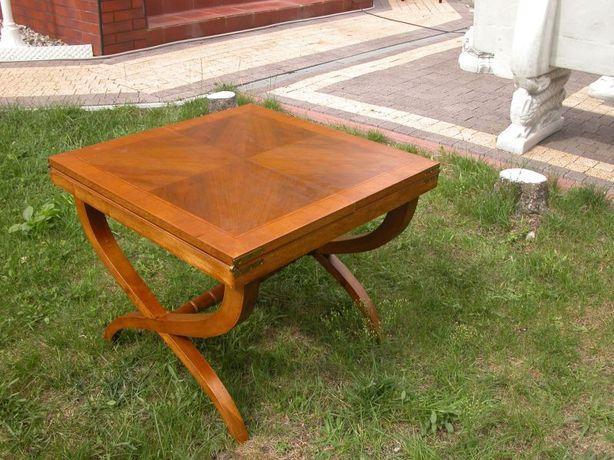 stary mały stolik z rozkładanym blatem