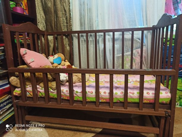 Дитяче дерев'яне ліжечко