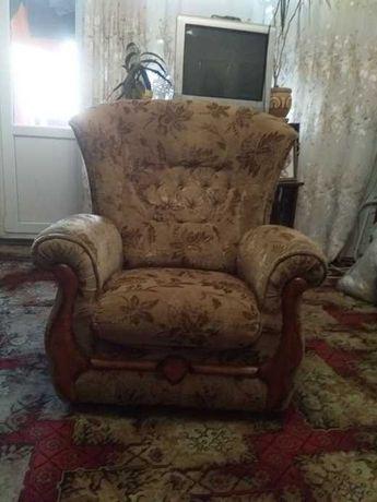Мягкое кресло и столик
