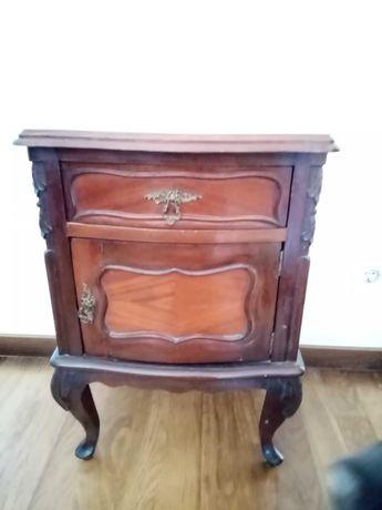 Cama estilo Queen Anne e mesas de cabeceira