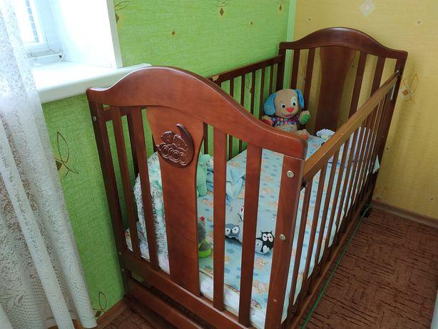 Детская кроватка с матрасом, маятником и ящиком