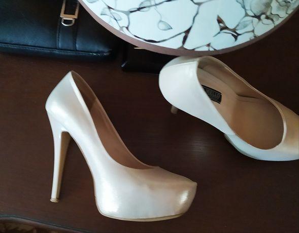 Продам туфли, в отличном состоянии)  очень красивые!