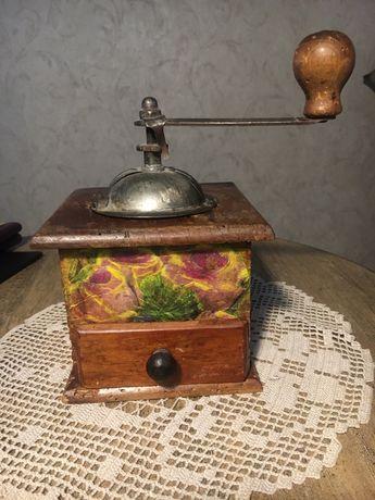Старинная итальянская кофемолка-мельница