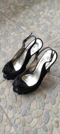 Відкриті туфлі на каблуку