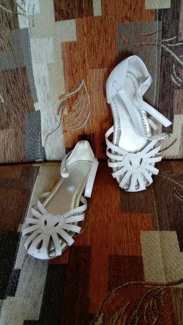Sandałki dla dziewczynki rozm. 30, dł. wkładki 19 cm.