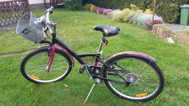 Czarno-różowy rower Btwin Poply 500 z koszykiem