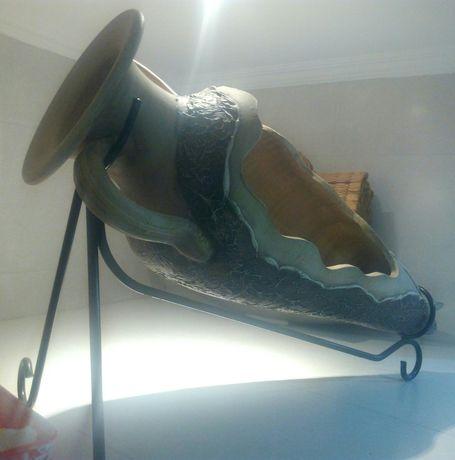 Ânfora decorativa com suporte de ferro