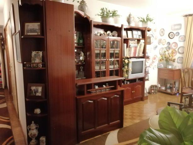 Sala completa - Móvel TV e bar, mesa, cadeiras, candeeiro, sofá