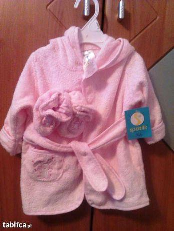 Szlafroczek kąpielowy z bucikami dla dziewczynki.