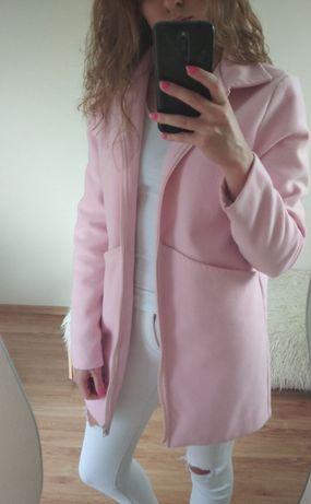 Pudrowy różowy płaszczyk