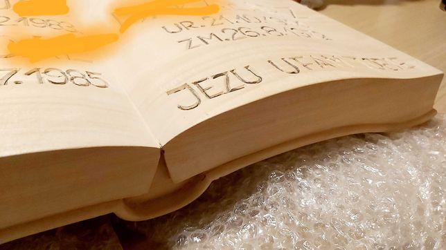 Rzeźbiona księga książka ozdobna z drewna dekoracja prezent nagrobek